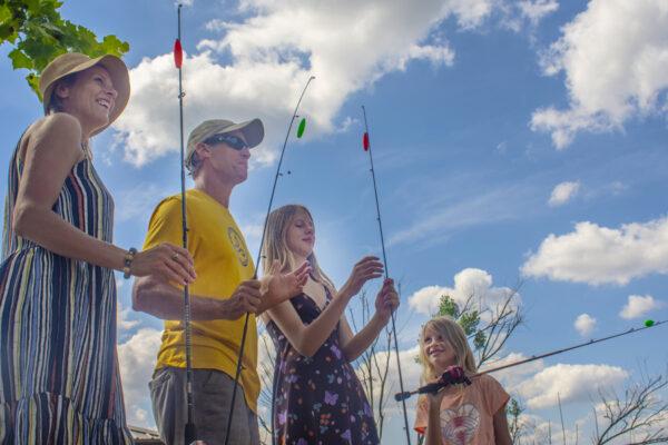 https://www.lakeblackshearresort.com/wp-content/uploads/2021/07/Family-Fishing-on-Lake-Blackshear_900x600.jpg